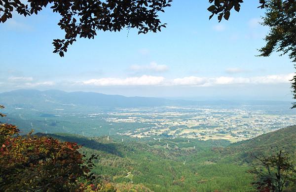 南砺市の散居村、左手には石川県境の医王山