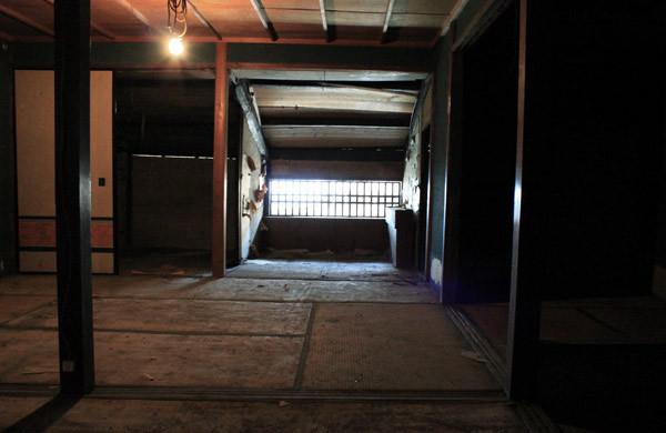 倉庫に使われていたらしく畳の間も土埃だらけ width=